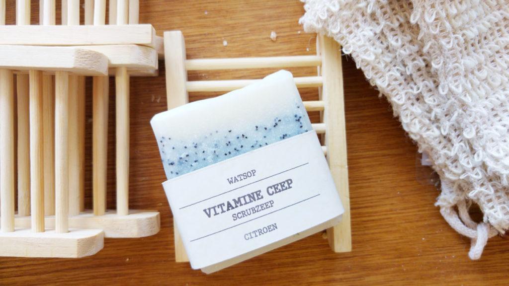 Handgemaakte zeep met zeeprekje en scrubspons